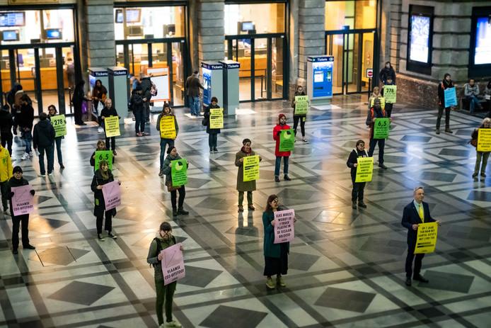 Vijftigtal leden van Extinction Rebellion  voeren actie voeren in het centraal station.