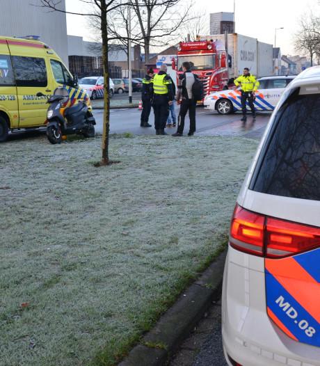 Scooterrijder onderuit door aanrijding met vrachtwagen op Belcrumweg in Breda