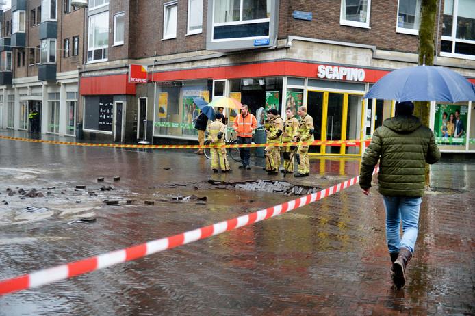 Vitens, Enexis en de brandweer werken samen aan de oplossing voor de gesprongen waterleiding bij De Zuidmolen.