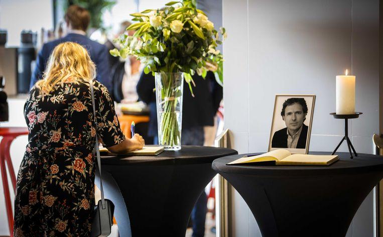 Een vrouw tekent het condoleanceregister voor advocaat Derk Wiersum, voorafgaand aan een vergadering van de Orde van Advocaten. Beeld ANP