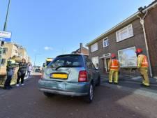 Auto rijdt tegen huis aan: scheur in voorgevel