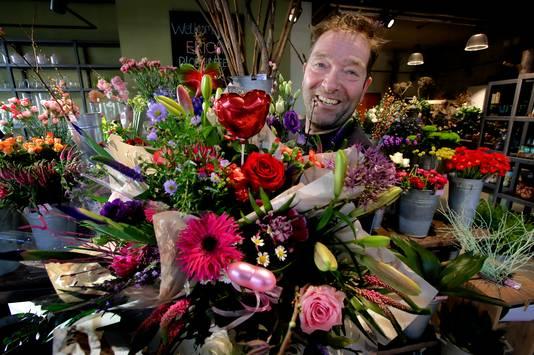 Eigenaar Armand Septer in zijn bloemenzaak Erica's met Valentijsbloemen.