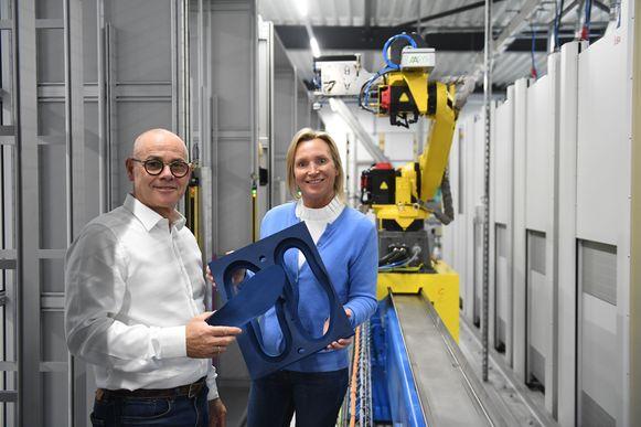 Paul Borgions en Gratienne Sioncke bij de nieuwe robot