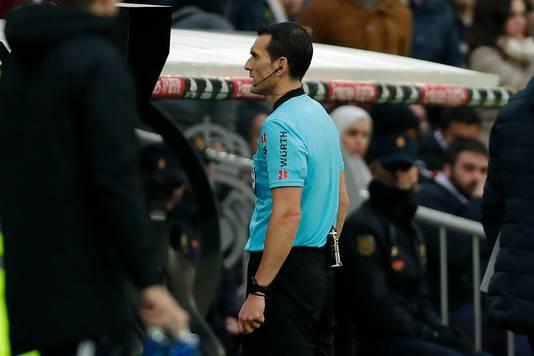 Juan Martínez Munuera kijkt op aangeven van de VAR naar de goal van Luuk de Jong.