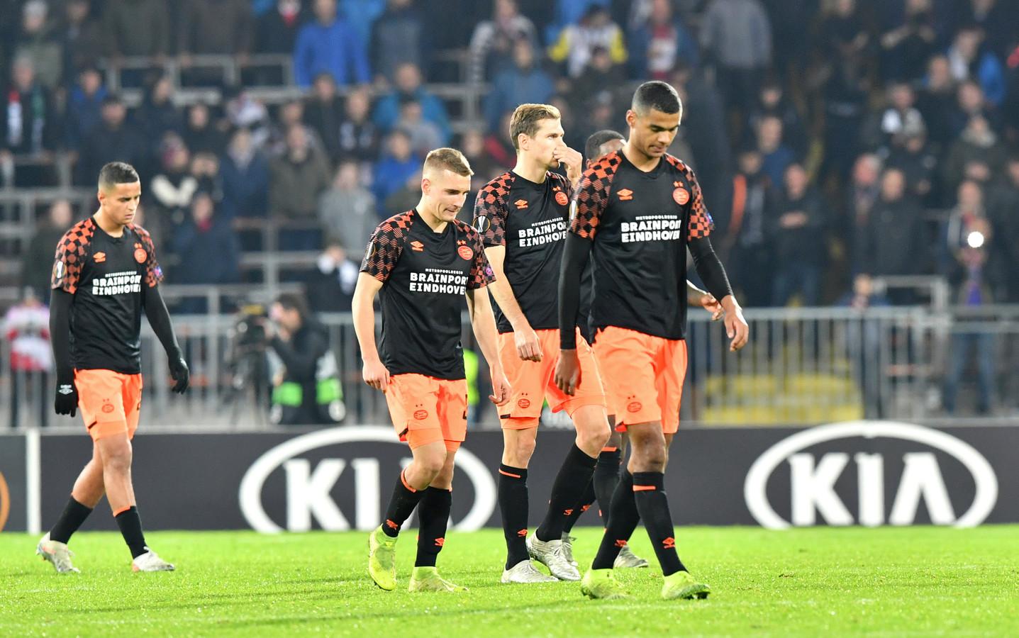 PSV verlaat ontgoocheld het veld na de sof tegen LASK Linz (4-1).
