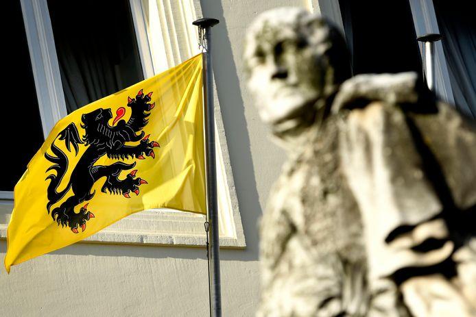 De N-VA-afdeling van Roosdaal heeft ondertussen de eigenaars wiens vlag gestolen werd een nieuwe gegeven.