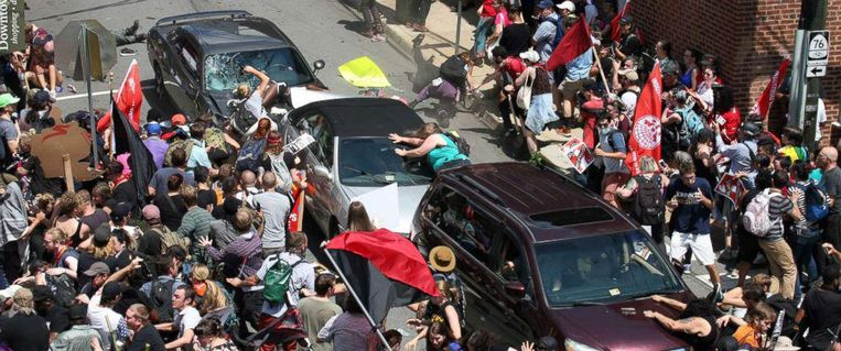 Fields reed met hoge snelheid op een menigte tegenbetogers in en doodde zo de 32-jarige Heather Heyer en verwondde nog 19 mensen waarvan er nog vijf kritiek zijn.