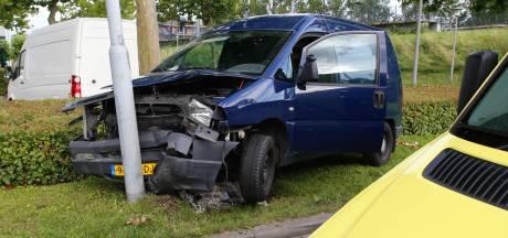 Automobilist vliegt uit de bocht en ramt lantaarnpaal