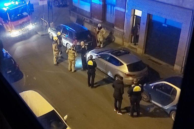 De hulpdiensten kwamen ter plaatse in de August Sniedersstraat voor een in brand gestoken wagen.
