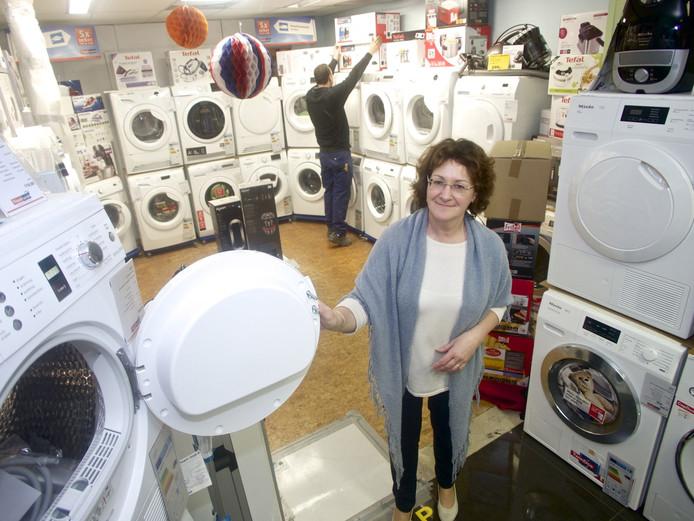 Désirée Kegels in haar winkel aan de Vlooswijkstraat vlakbij de Kop van de Noordstraat in de Terneuzense binnenstad.