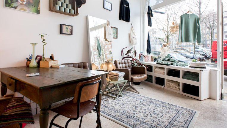 'Elke toerist loopt met zo'n Amsterdammuts, maar geen Amsterdammer denkt eraan om zo'n ding op te zetten' Beeld Marijke Stroucken
