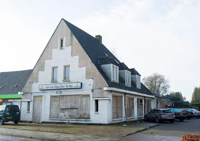 Aan de verpaupering rond café De Ster in Hoogeloon komt een eind door bouwplan Akkerstraat.