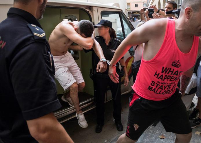 Verdachte Adrian F. schermt zijn gezicht af bij zijn aankomst, medio juli, bij de rechtbank in Palma de Mallorca.