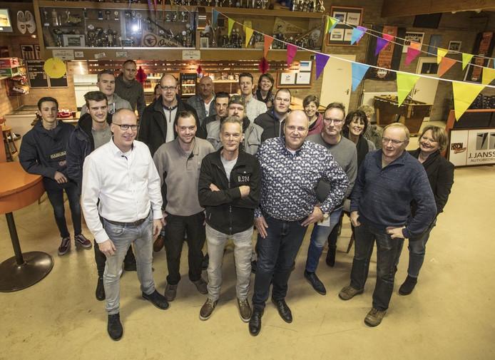 Een aantal vrijwilligers met op de voorgrond de werkgroep: Helmut van der Vorst, Waldo Scheepers, Adrie Raaijmakers, Carl van der Velden, Ton Visser en Rinus Sanders. Yvonne van Tien ontbreekt.