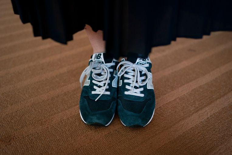 Yumi Ishikawa,  oprichter en leider van de #KuToo-beweging in Japan,  draagt platte sneakers onder haar rok. De petitie die ze startte tegen hoge hakken op de werkvloer, heeft voorlopig nog geen effect.