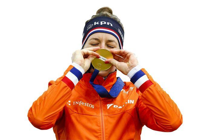 Wereldkampioene Ireen Wüst kust haar gouden medaille.