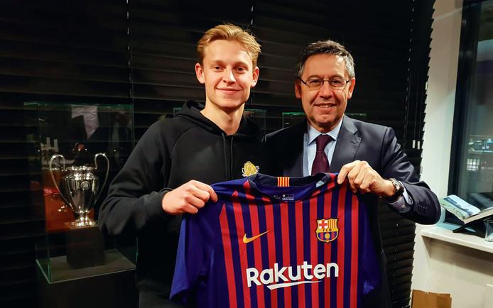 Frenkie de Jong poseert met het Barcelona-shirt, naast clubvoorzitter Josep Maria Bartomeu.