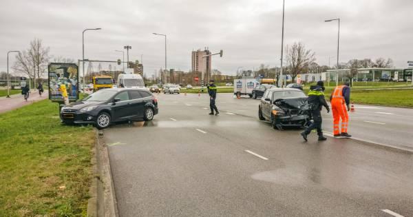 Veroorzaker van ernstig ongeval in Nijmegen vlucht op sokken: politie vindt fles lachgas in auto.