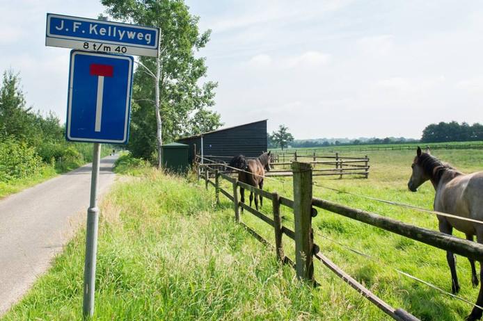 De straatnaambordjes aan de (nu nog) J.F. Kellyweg worden binnenkort vervangen. foto rene schotanus/pix4profs