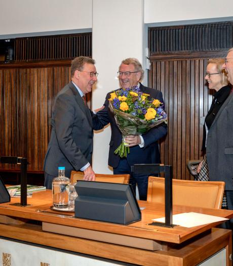 Bloemen en applaus voor vertrekkende Cornielje tijdens laatste vergadering