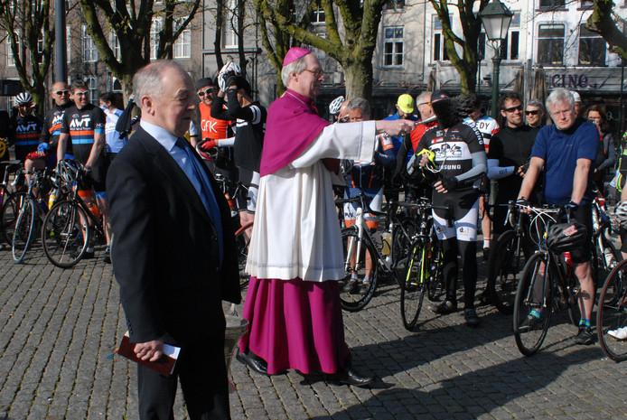 Bisschop Gerard de Korte zegent wielrenners.