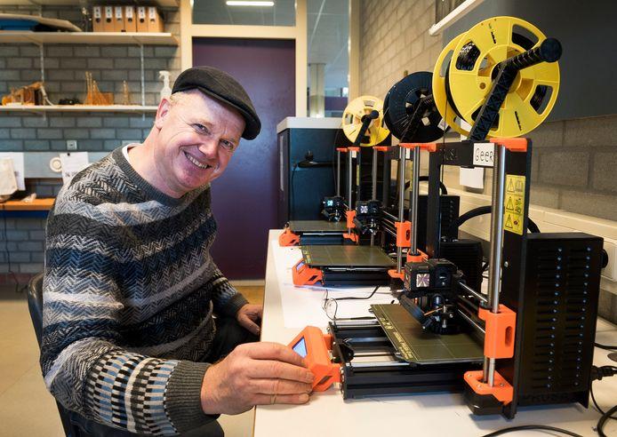 Docent Bart Kappé van het VeenLanden College met een 3D-printer. Leerlingen en buurtgenoten kunnen straks in de MakerSpace terecht voor technische cursussen en workshops.
