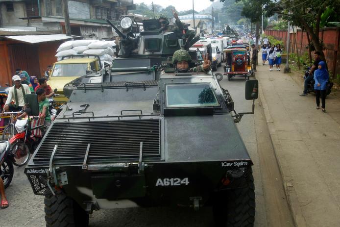 Filipijnse regeringstroepen patrouilleren door de straten van Jolo na de uitslag van het referendum.