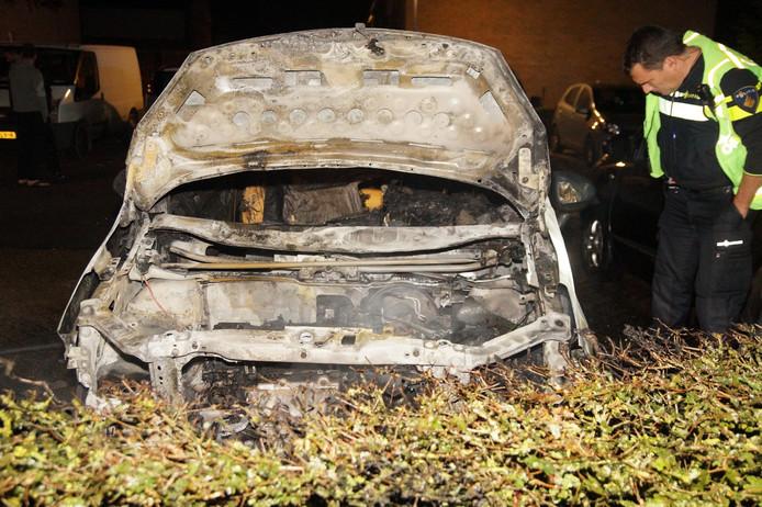Auto in Waalwijk verwoest door brand.