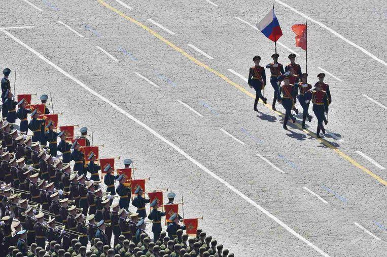 Soldaten marcheren langs een muziekkorps, zaterdag. Beeld reuters