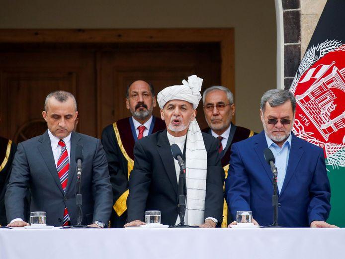 De Afghaanse president Ashraf Ghani(m) met eerste vicepresident Amrullah Saleh (l) en tweede vicepresident Sarwar Danish (r) tijdens hun inauguratie, eergisteren in Kaboel.