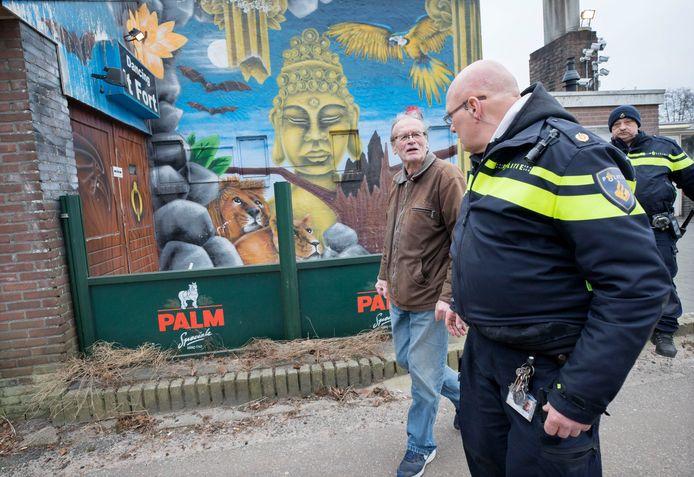 Cees Engel word door enkele politieagenten Fort Oranje af begeleid.