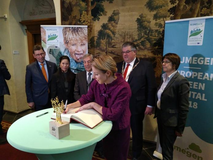 Staatssecretaris Stientje van Veldhoven tekent het Boek van Nijmegen