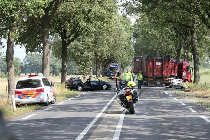 De beschadigde auto en vrachtwagen die betrokken waren bij het ongeluk