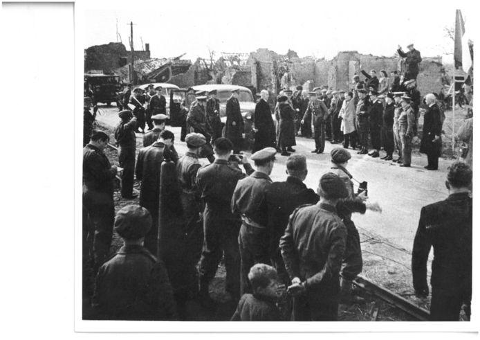 Eede, 13 maart 1945: Koningin Wilhelmina zet na vijf jaar ballingschap in Groot-Brittannië weer voet op Nederlandse bodem. Dat gebeurt bij het tijdens de bevrijding in oktober 1944 totaal verwoeste grensplaatsje Eede. fotograaf onbekend - Archief gemeente Sluis