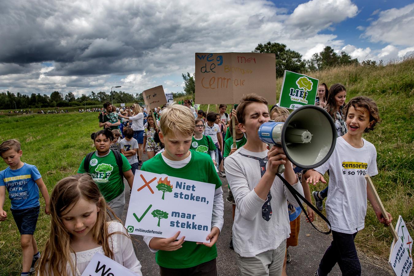 In juli demonstreerden kinderen tegen de komst van de biomassacentrale en luchtvervuiling.