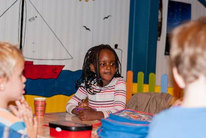 Jessica Ndikumana (6) zat voor haar uitzetting naar Burundi op basisschool De Arke in het Friese Burgum. foto Trynke Schraa