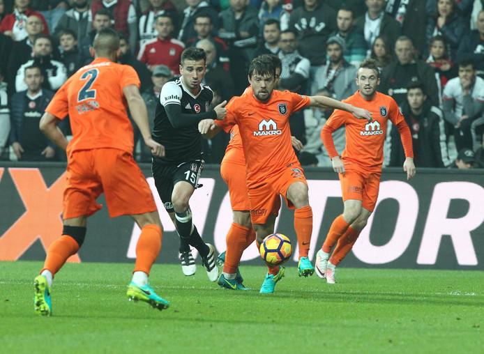 Istanbul Basaksehir (in het oranje) speelde in november nog met 1-1 gelijk bij het Besiktas van Oguzhan Özyakup (in het zwart-wit). Beide ploegen verloren dit seizoen pas één keer.