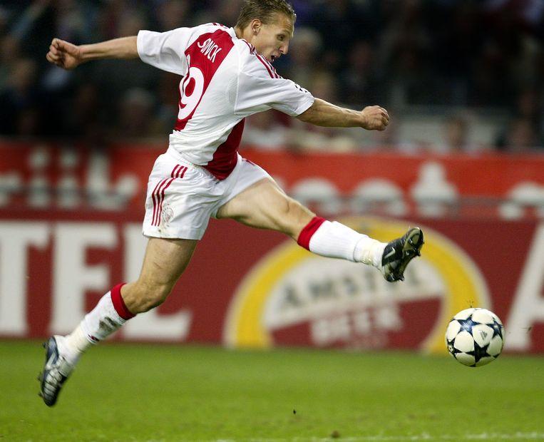 Wesley Sonck scoort in het shirt van Ajax tegen Club Brugge in de Champions League.