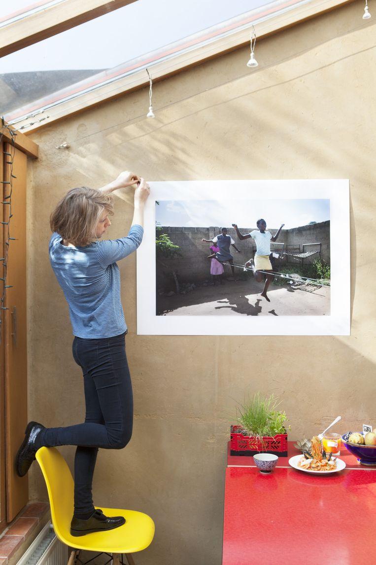 An-Sofie Kesteleyn hangt haar foto op. Beeld Marie Wanders