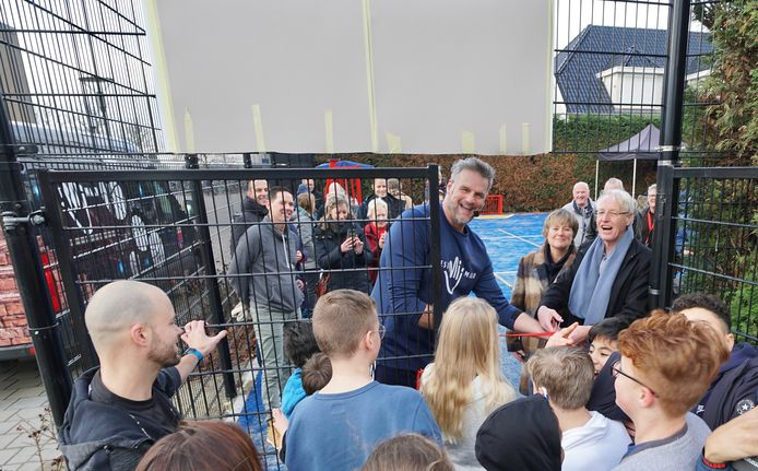 Oud-basketballer Henk Pieters opende deze week het opgeknapte basketbal- en voetbalveldje naast het Cambium College aan de Courtine in Zaltbommel. Hij kreeg hulp van voorzitter van de Van Voordenstichting Ton van Balken en Cambium-rector Hanneke Koster.