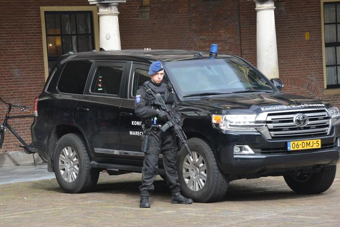 Marechaussees dragen doorgeladen automatische wapens om het Binnenhof en de directe omgeving te beveiligen.