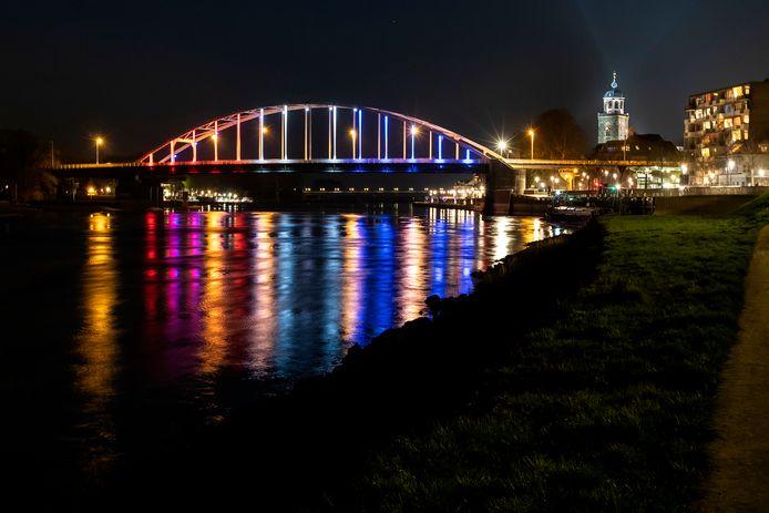 De Wilhelminabrug in Deventer, verlicht in de nationale driekleur.