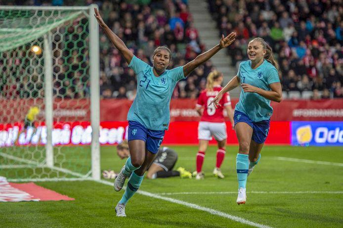 2018-10-09 18:04:37 VIBORG - Lineth Beerensteyn (L) viert de gelijkmaker met Lieke Martens in de halve finales van de play-offs van Denemarken tegen de Nederlandse voetbalvrouwen. ANP ANDRE WEENING