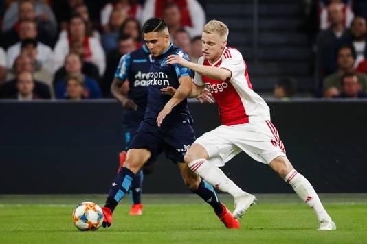 Navarone Foor (Vitesse) en Donny van de Beek (Ajax) tijdens de wedstrijd in Amsterdam.