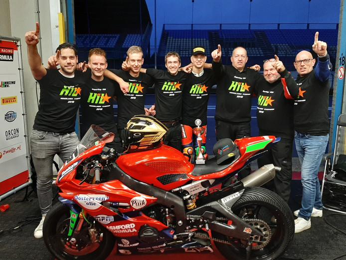 Kampioen Jeroen Hilster omringd door het Oosterveens Ashford Formula Racingteam uit Nieuwleusen.