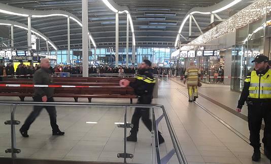 Politie en brandweer zijn druk in de weer achter de afzetting.