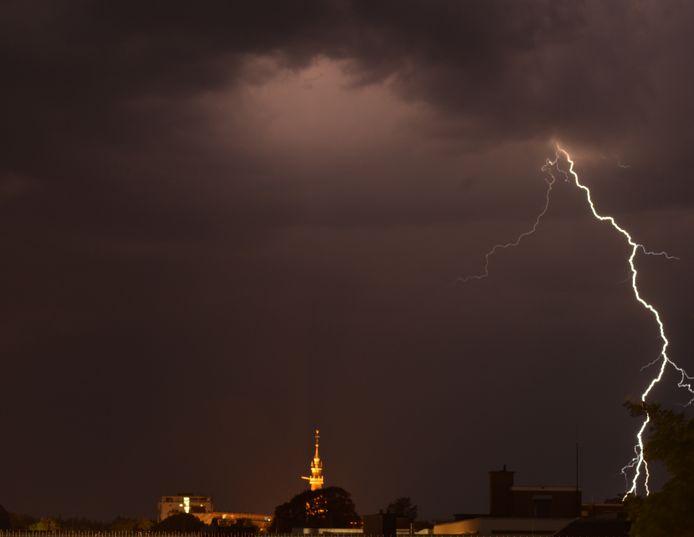 Torentje van de Grote Kerk in Apeldoorn op de achtergrond.