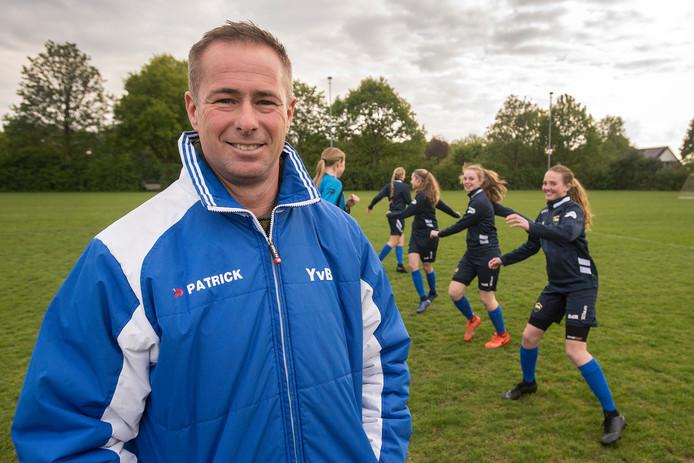 Yuri van Brummelen bij de trainende voetbalsters van zijn Meiden Voetbal Academie. Die bestaat niet lang meer, want profclubs plukken te veel talenten weg.