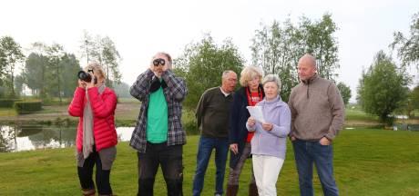 Golfers en vogelaars speuren naar bijzondere vogels op golfpark Almkreek: 'Kijk, een scholekster'