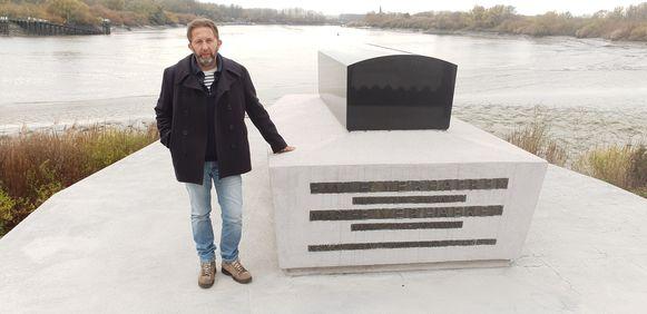 Philip Boël aan het graf van Verhaeren in Sint-Amands.